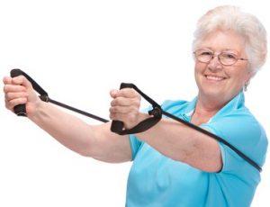 Gammal kvinna styrketränar